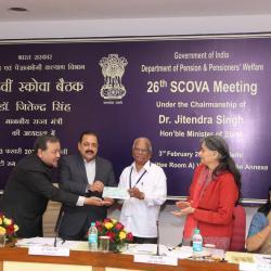 एससीओवीए के सदस्य प्रधानमंत्री राहत कोष के लिए दान करते हूए