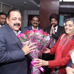डॉ जितेन्द्र सिंह, माननीय राज्य मंत्री, को गुलदस्ता, श्रीमती वंदना शर्मा, संयुक्त सचिव द्वारा (पेंशन) के समक्ष प्रस्तुत किया